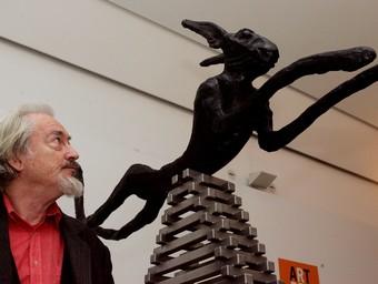 Flanagan, amb una de les seves llebres, a Art report de Palma de Mallorca, l'any 2005.  EFE