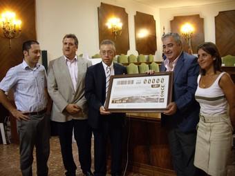 Presentació oficial a l'Ajuntament del cupó que recull la platja d'Oliva. /  CEDIDA