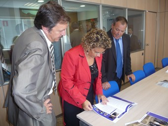 Jordi Serra i Marina Geli, mirant la revista de La Pau amb el gerent de la cooperativa.  S.M