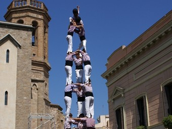 Dos de vuit amb folre de la Colla Vella i pilar de sis dels Castellers de Barcelona a Torredembarra. Tres de vuit dels Minyons a Sabadell. /  R.LLAGOSTERA / MINYONS