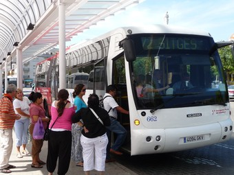Usuaris de la línia Vilanova-Sitges pujant ahir al bus a l'estació de Vilanova.  A.M
