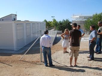 Blanco i Farràs, al costat del mòdul de l'IES Montgròs instal·lat al pati de l'escola Els Costerets, ahir durant una visita.  M.L