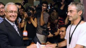 L'alcalde d'Arenys de Munt, Carles Mora, votant. EFE