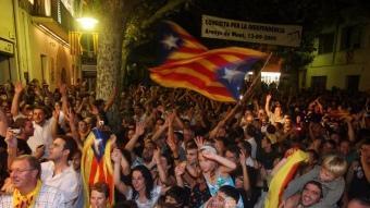 Centenars de persones celebrant a les portes del Centre Moral d'Arenys de Munt els resultats de la consulta que van tenir lloc el 13 de setembre del 2009 ORIOL DURAN