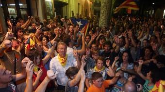Mostres d'alegria en saber-se que el «sí» a la independència havia guanyat el referèndum d'Arenys de Munt. O. DURAN