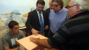 El notari i conseller nacional de CDC, López Tena, i el diputat d'ERC al Congrés, Joan Tardà, a Arenys de Munt. /  ORIOL DURAN