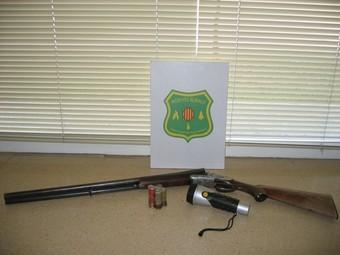 L'arma, la munició i el lot comissat al caçador furtiu de les Planes d'Hostoles.
