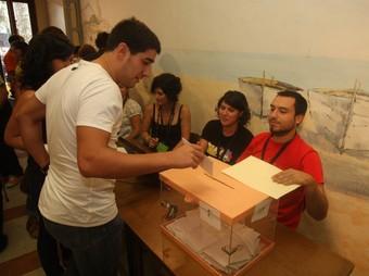 Un ciutadà votant a la consulta popular d'Arenys de Munt del 13 de setembre. O. DURAN