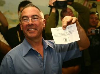 Enric Vila, el primer votant del referèndum d'Arenys de Munt, sosté la papereta.  ACN
