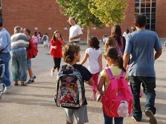 Els alumnes del CEIP l'Arjau, de Vilanova, en el moment d'entrar a classe, ahir a les nou del matí.  M.L