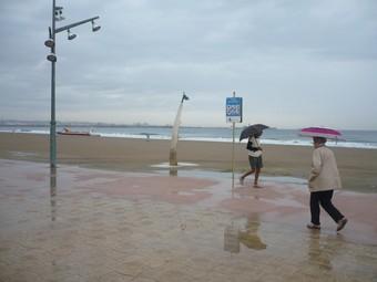 La platja de la Pineda tenia ahir un aspecte desolador.  Ò.P.J