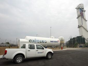 Els ajuntaments volen un nou vial que connecti directament el polígon, a l'altura de la nova planta de Messer –a la imatge– i de la zona de càrrega de Repsol, amb l'autovia.  J.F