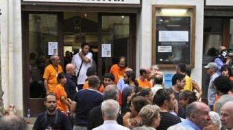 Cua de gent per votar en la consulta d'Arenys de Munt. /  EFE