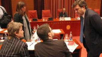 L'exvocal del Consell General del Poder Judicial, Alfons López Tena, parlant amb diversos diputats ahir al Parlament.  ACN