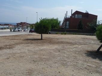 Solar on es pot instal·lar l'antena, amb l'escola al fons a l'esquerra, i cases a la dreta.  J.G.N