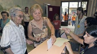 Veïnes d'Arenys de Munt dipositen el seu vot en la consulta que es va celebrar diumenge passat.  EFE