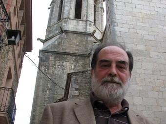 Josep Pi, retratat davant l'església de Sant Isidor. Ò.P