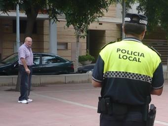 Dos agents patrullen per Les Mallorquines, fa uns dies.  J.N