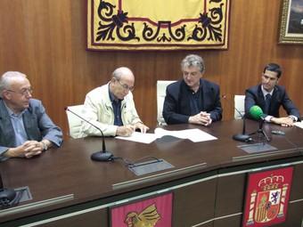 Moment d ela signatura del conveni al saló de plenaris de l'Ajuntament. /  CEDIDA