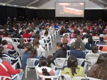 El festival de Cinema en valencià, Inquiet, de Picassent en una sessió multitudinària per a joves. /  ARXIU