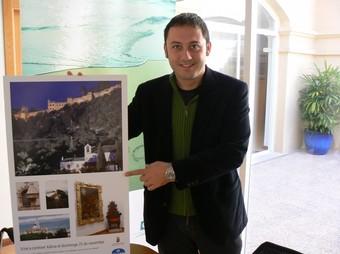 El regidor de Turisme, Pau Pérez, presenta la campanya de descobertes, viatges i excursions del 2009-2010.