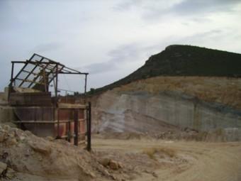 Mina als peus del Cerro Castellar al terme de Villar. /  ESCORCOLL