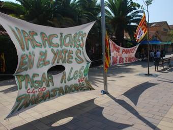Dues pancartes penjades pels treballadors davant de les instal·lacions de Varo SA.  M.L