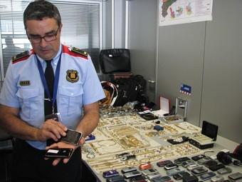 L'inspector Xavier Sànchez i part del material sostret que encara no s'ha tornat als seus propietaris, ahir a Sabadell.  ACN