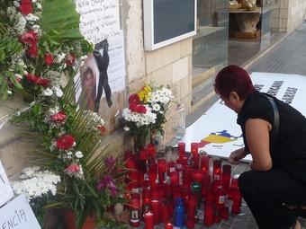Veïns i amics van dipositar flors i espelmes en record de Hilda Cayasire a la porta del bloc on vivia.  A.MERCADER