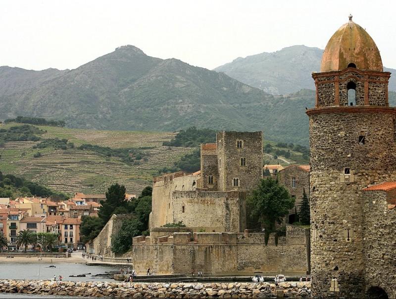 El castell reial de Cotlliure -en segon terme, darrera el campanar- oferirà una visita nocturna en motiu de les diades del patrimoni. MANEL LLADO