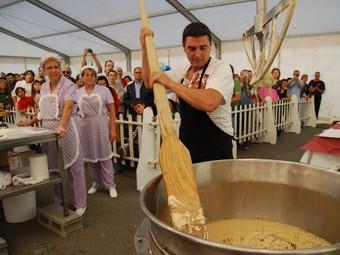 Un torronaire remena la massa, amb tots els ingredients a la fira.  M.À.P