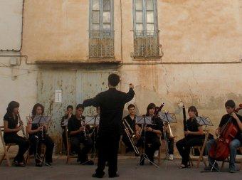 Vicent Gabarda Porras, dirigeix un grup de cambra a la Tardor Musical de Villar. ESCORCOLL