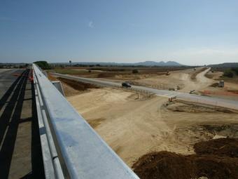 Dues imatges de les obres de la carretera C-31 i a baix, els alcaldes, ahir.  E.PICAS / M.V
