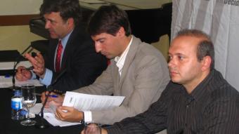 López Tena i els alcaldes de Caldes de Montbui i Torelló, Jordi Solé i Jordi Fàbrega. /  ACN