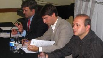 Els alcaldes Jordi Solé i Jordi Fàbrega, amb Alfons López Tena (al fons).  EL PUNT