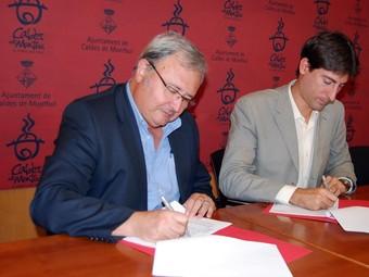El director de la Fundació Universitària Martí l'Humà, Santiago Cucurella, i l'alcalde de Caldes de Montbui (Vallès Oriental), Jordi Solé, durant la signatura del conveni de col·laboració.