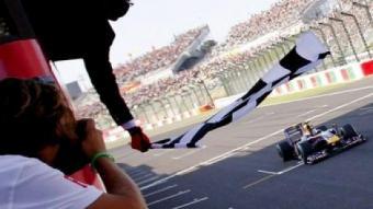 Un cotxe de Fórmula 1 guanya la cursa en un Gran Premi de Suïssa.  EFE
