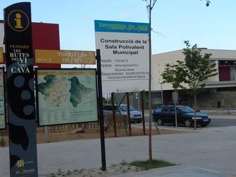 Imatge d'arxiu de l'anunci d'una de les inversions al municipi i al fons l'Ajuntament.  A.M