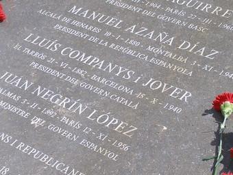 La placa que al mes d'abril 2009 es va col·locar al camí del coll de Lli a La Vajol.