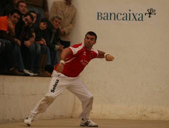 Alvaro juga una pilota en una partida del circuit Bancaixa d'altres edicions. /  FREDIESPORT