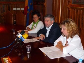 D'esquerra a dreta, Scuderi, Blanco, i Farràs, ahir a l'Ajuntament.  M.L