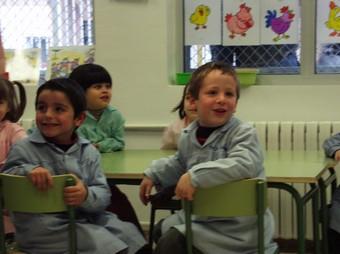 Alguns xiquets resten a classe mentre s'inaugura oficialment la seua escola a Gandia. /  ARXIU