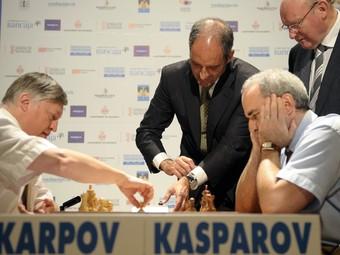 Karpov i Kasparov en una recent partida d'escacs a València. /  ARXIU
