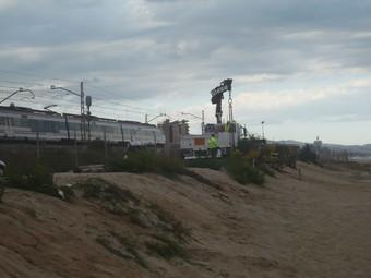Les obres que s'han fet després de l'estiu a la platja han de reforçar la via del tren.  E.F