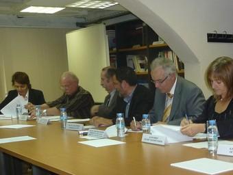 El moment de la signatura per part d'alcaldes i regidors amb el president de Medi Ambient de la Diputació.  C.M