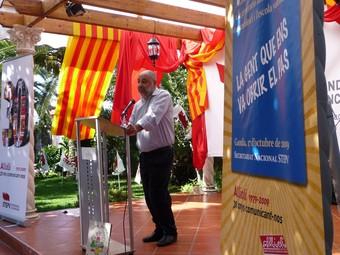 Vicent Mauri s'hi adreça als presents en la festa dels 30 anys d'Allioli. /  ESCORCOLL