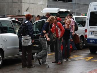 Els estudiants arribant a l'aeroport de Girona, on van agafar dos vols cap a Holanda.  ACN