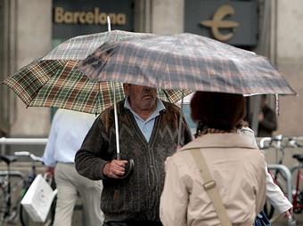 Transeünts al centre de Barcelona, ahir al matí. EFE