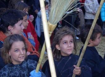 Les petites bruixes i els petits bruixots també participen a la festa amb els seus peculiars samaniats.  PDF