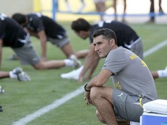 Valverde observa l'entrenament del seu equip.  EFE